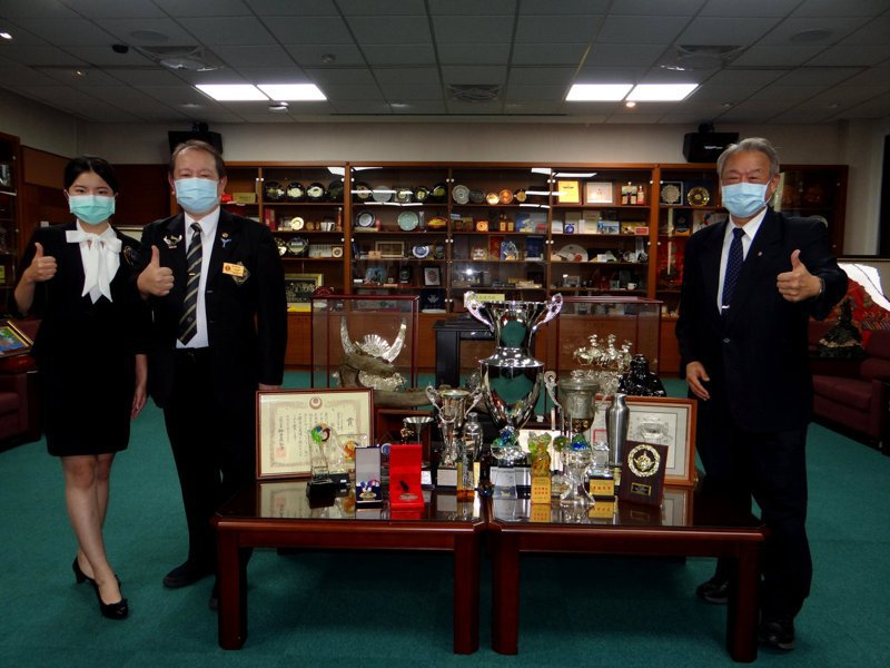 國際調酒協會理事長郭朝坤(左二)、郭植伶(左一)、正修科大校長龔瑞璋(右)。圖/正修科大提供