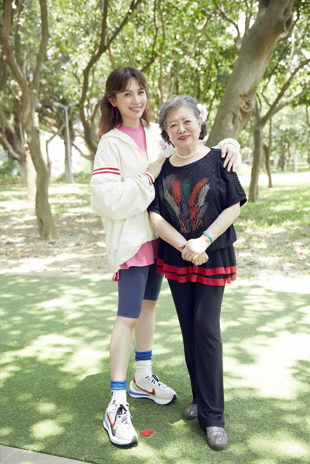魏如萱(左)大讚陳淑芳演技精湛。圖/好多音樂提供