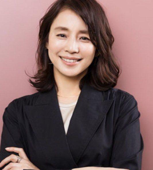 石田百合子曾在「月薪嬌妻」演出新垣結衣的小阿姨。圖/摘自IG