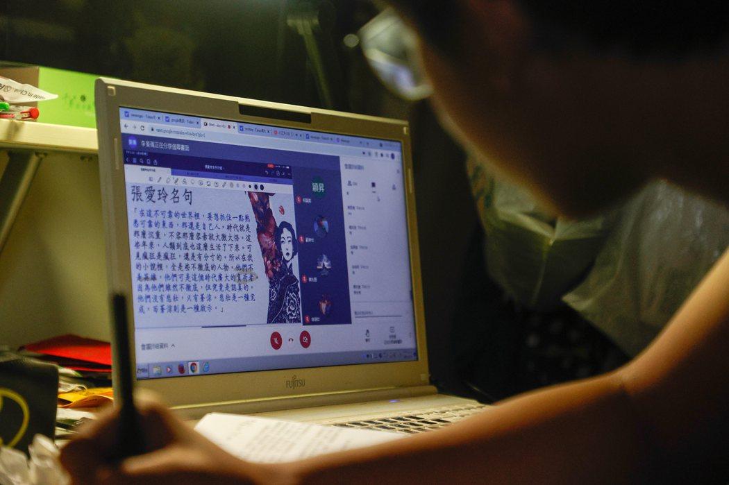一名高中生透過遠距教學來學習國文。記者黃仲裕/攝影