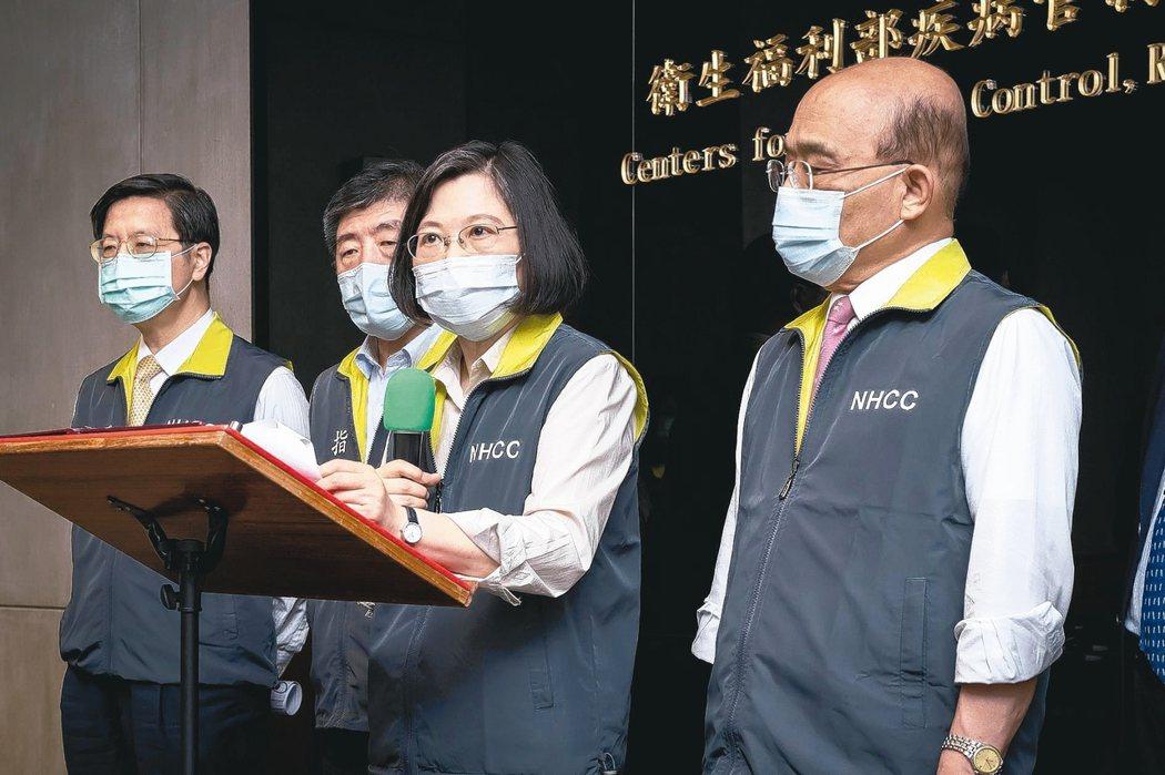 蔡英文總統(右2)18日在行政院長蘇貞昌(右1)陪同下,前往疫情指揮中心視察,預告「預計7月底可以開始供應第一波國產疫苗」。圖/總統府提供