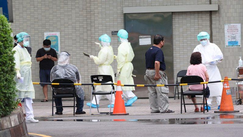 疫情升溫,多個地方縣市陸續增加快篩檢疫所,圖為亞東醫院在急診室外進行戶外篩檢。記者潘俊宏/攝影