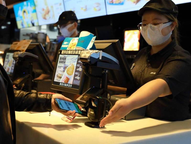 麥當勞即起停止內用服務,外帶照常。本報資料照