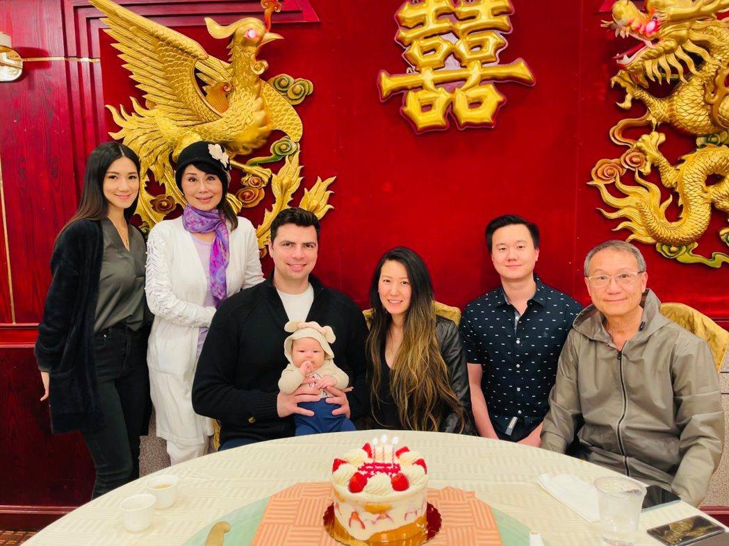 張琍敏(左二)透露打了疫苗,全家人外出餐廳用餐。圖/摘自臉書