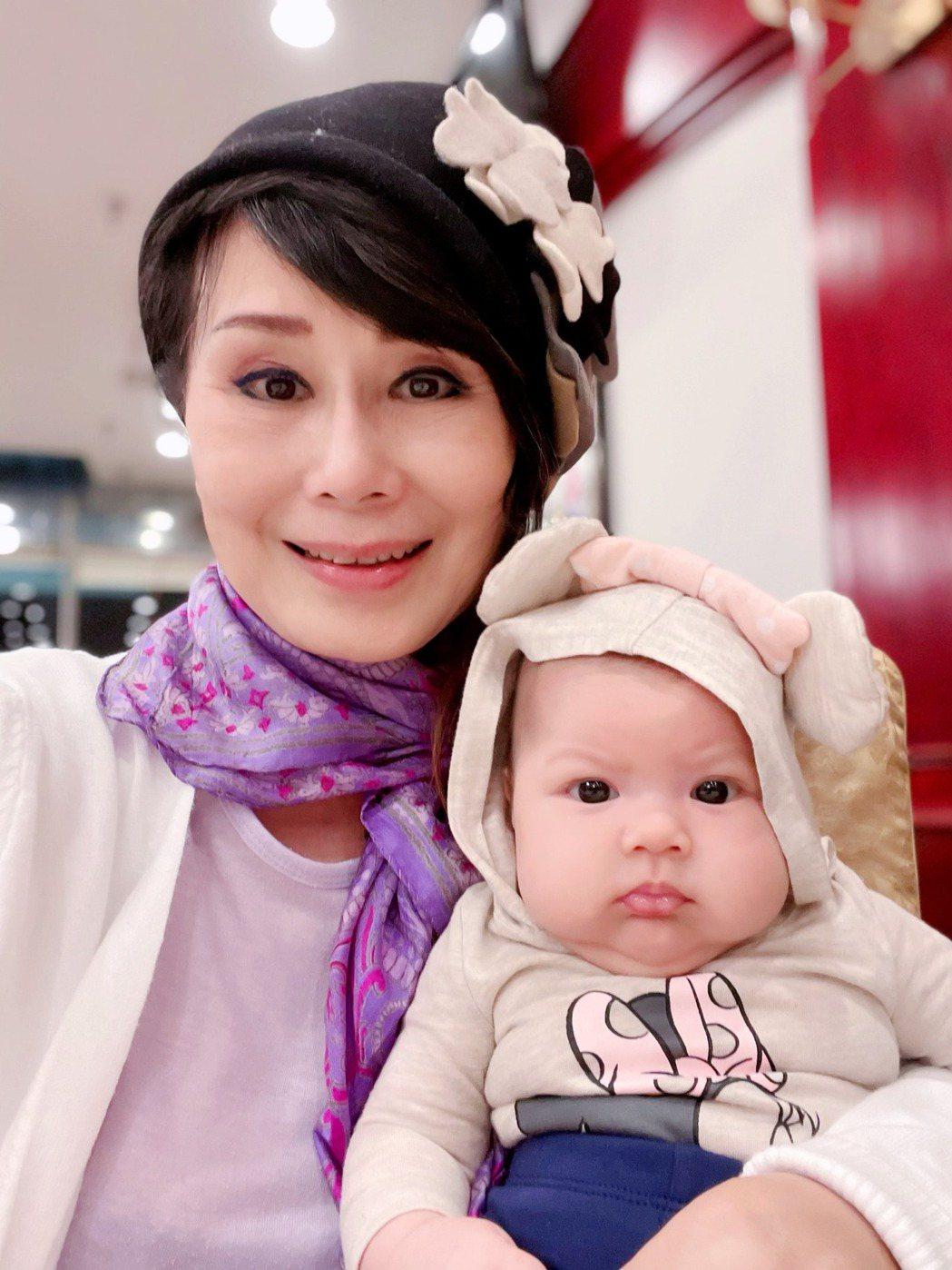 張琍敏今年38婦女節升格為外婆。圖/摘自臉書