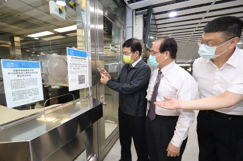 交通部長王國材昨天下午隨即視察台北車站「簡訊實聯制」的建置進度,並親自操作測試。圖/交通部提供