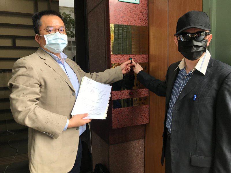 菱光副董事長楊其昶,以及委任律師顧慕堯,赴地檢署按鈴提告。 業者/提供