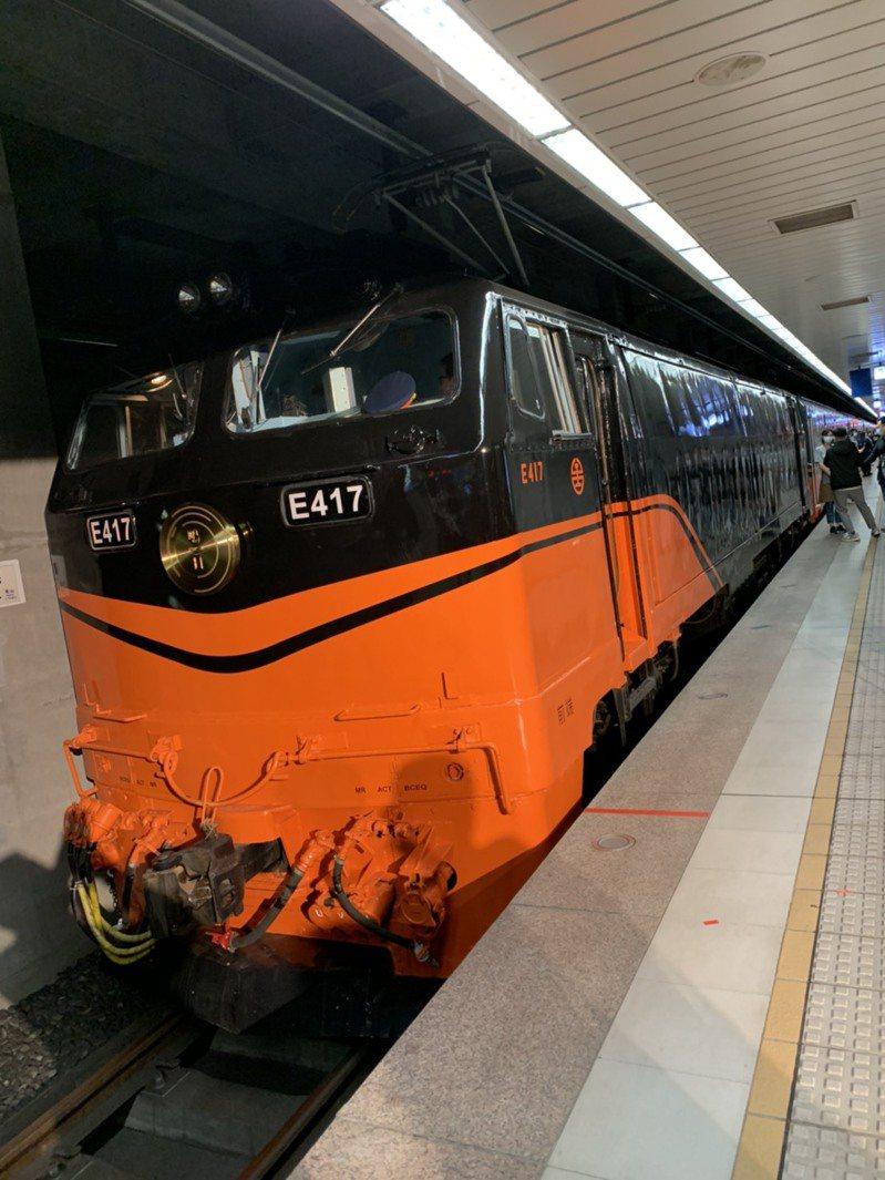 受新冠肺炎疫情大爆發衝擊,台鐵局宣布包括鳴日號等觀光列車停駛,部分班次也減班停駛。  記者楊文琪/攝影