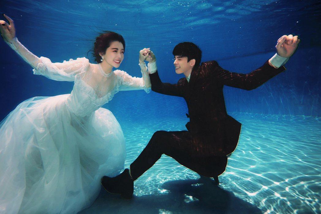 邵雨薇(左)和林柏宏在水中拍攝唯美相片。圖/多曼尼提供