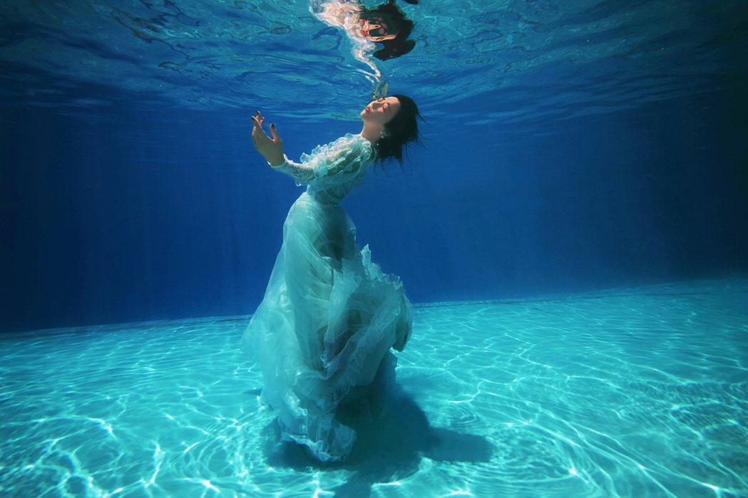 邵雨薇體驗水下攝影。圖/多曼尼提供