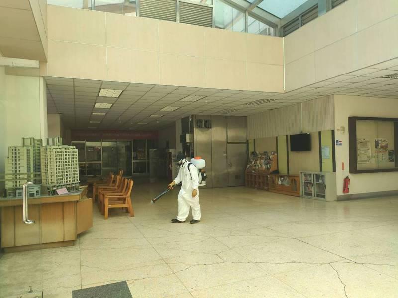 目前已染疫隔離就醫的朝陽科大女學生,下午透過網路「Dcard」表示歉意,校方上午則在學校宿舍進行大消毒。圖/朝陽科大提供