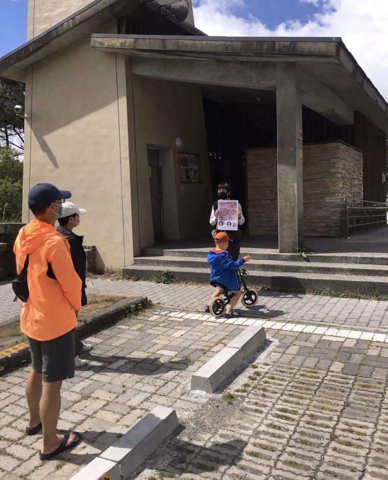 玉山國家公園工作人員在各山屋前,對民眾進行現場宣導工作。圖/玉管處提供