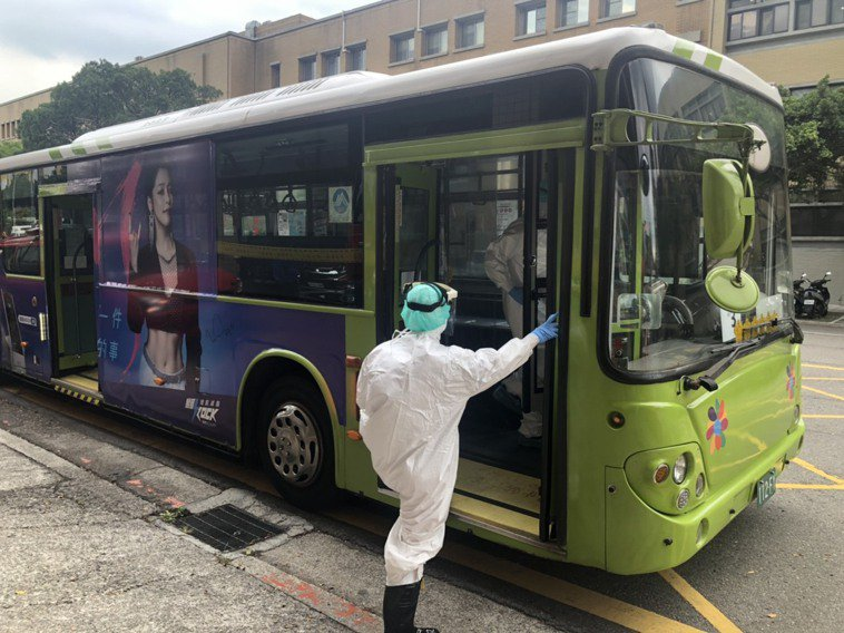 快篩陽性者,若為無症狀或輕症,市府會用有救護車規格的防疫巴士,送至集中檢疫所。圖...