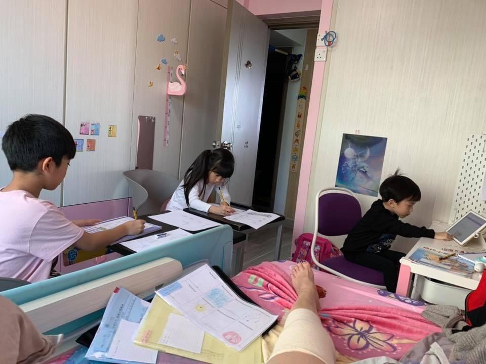 廖家儀去年腳傷時,還得盯著孩子們的功課。圖/摘自臉書