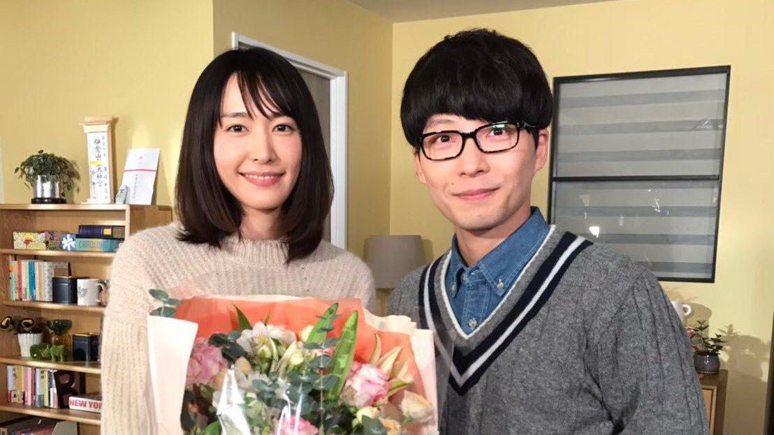 新垣結衣(左)、星野源(右)在「月薪嬌妻」的浪漫火花,受到不少影迷支持。圖/摘自...