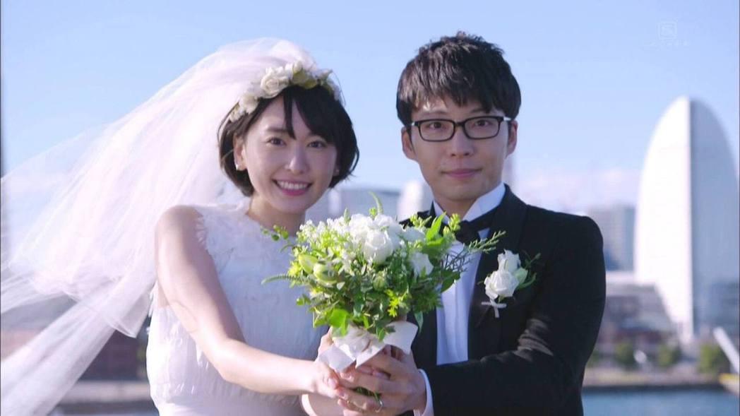 新垣結衣(左)、星野源(右)曾合作「月薪嬌妻」結緣,還在劇中拍攝婚紗照。圖/摘自...