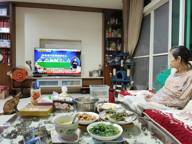 晚上有兒子和媳婦陪伴用餐,我從老人家的眼神看出幸福,假日孫子返家團聚,婆婆笑容更...