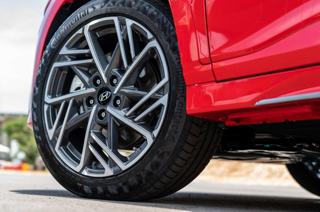 Kona N Line 採用18吋雙色運動化鋁圈配置性能跑胎。 圖/南陽實業提供