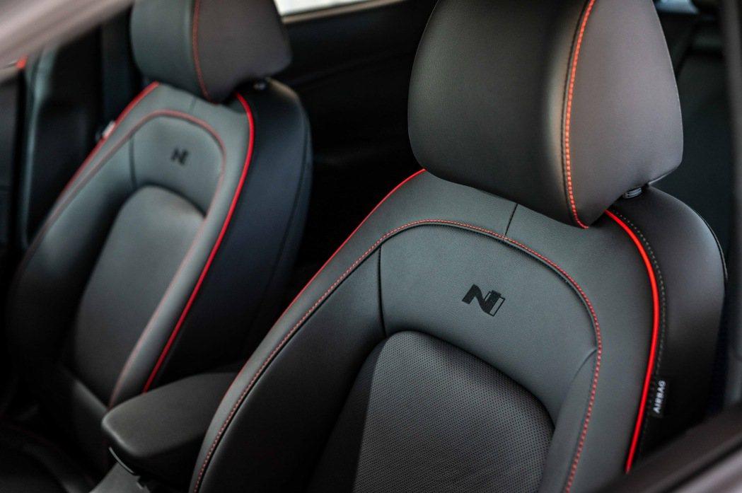 Kona N Line 內裝座椅採用N Line Red-Stitch紅色縫線。...