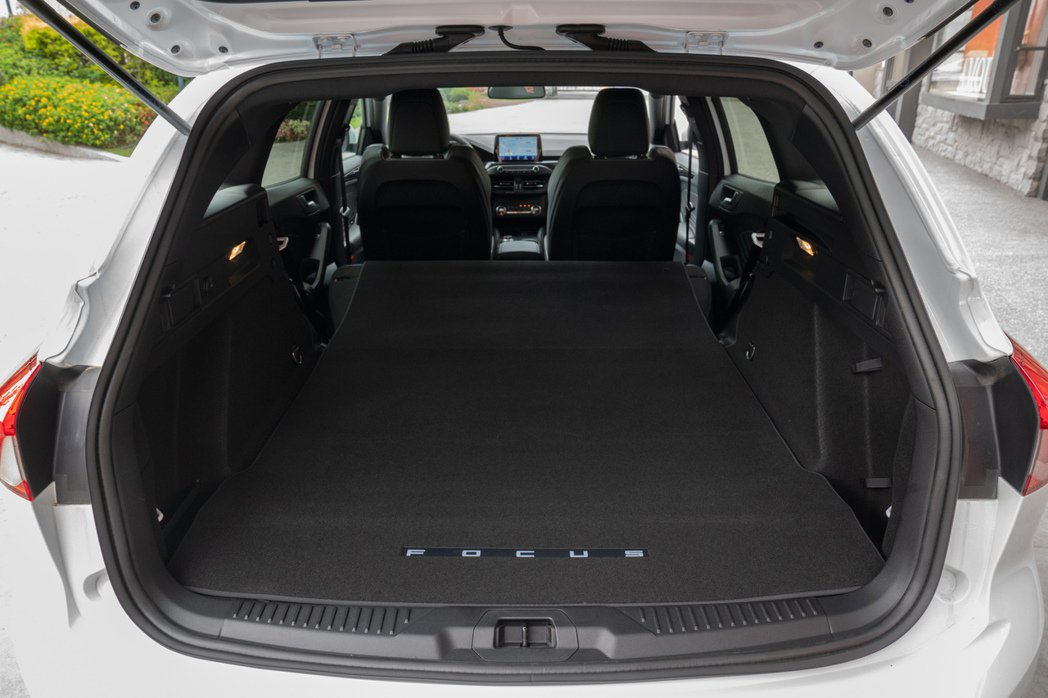 Focus ST Wagon – SLS Edition透過行李廂後座快傾拉桿,...