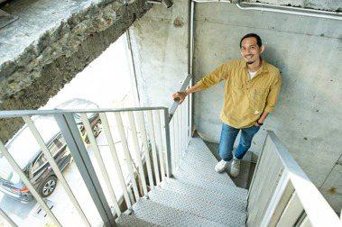地方創生工作者邱承漢致力於高雄鹽埕區的老屋重生,並專注於深耕高雄在地生活文化,貢獻於地方創生工作。記者曾原信/攝影