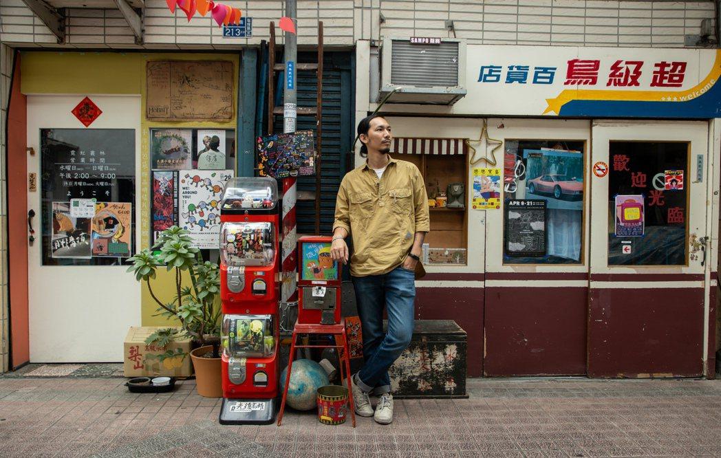 邱承漢在鹽埕最老的街開了民宿,圓自己的夢,也想帶動這個區域。記者曾原信/攝影