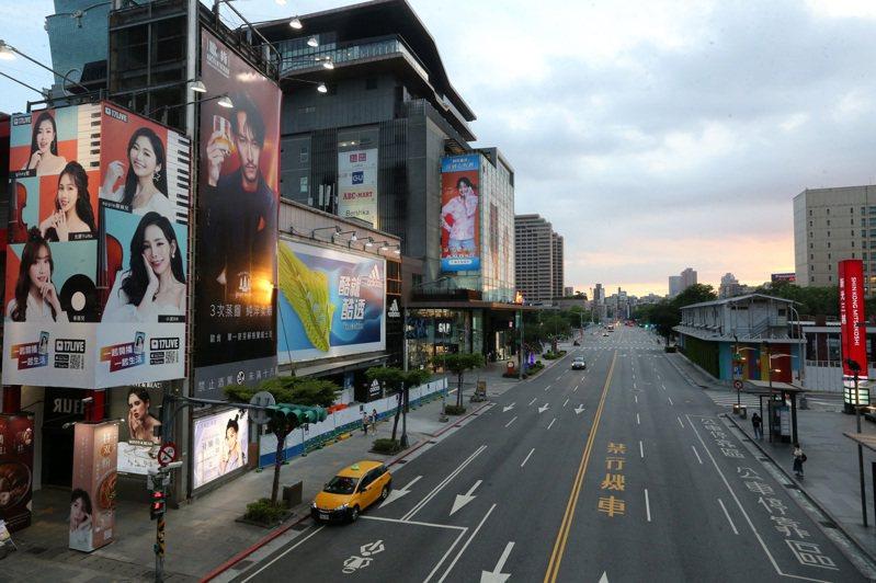 指揮中心15日宣布雙北地區防疫升為三級警戒後,台北周末街頭人潮、車潮不再,宛如空城。 聯合報系資料照/記者胡經周攝影