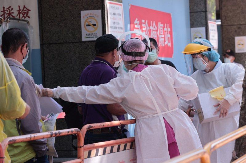 不少縣市針對染疫熱點陸續增設更多社區篩檢站,防止疫情擴散。記者黃義書/攝影