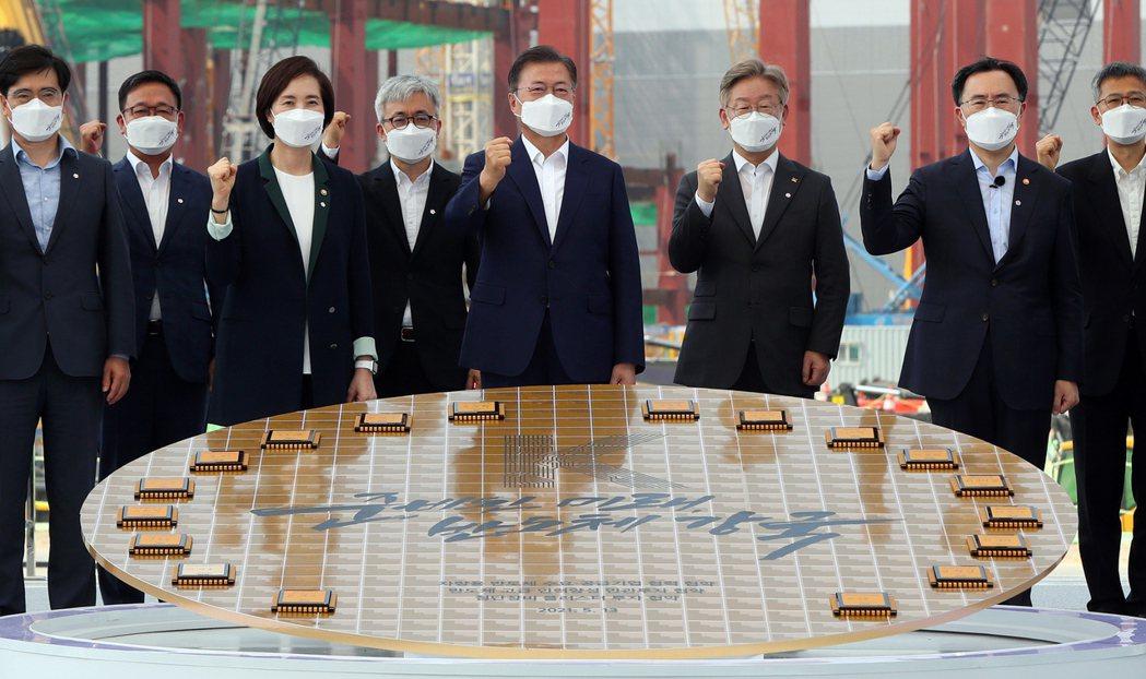 圖為文在寅今年5月現身南韓平澤市三星的半導體工廠。  圖/歐新社