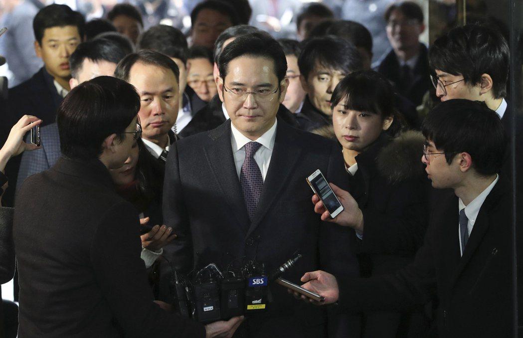 當父親李健熙於2020年逝世後,李在鎔(中)成為了三星集團的會長,是這一南韓商業...