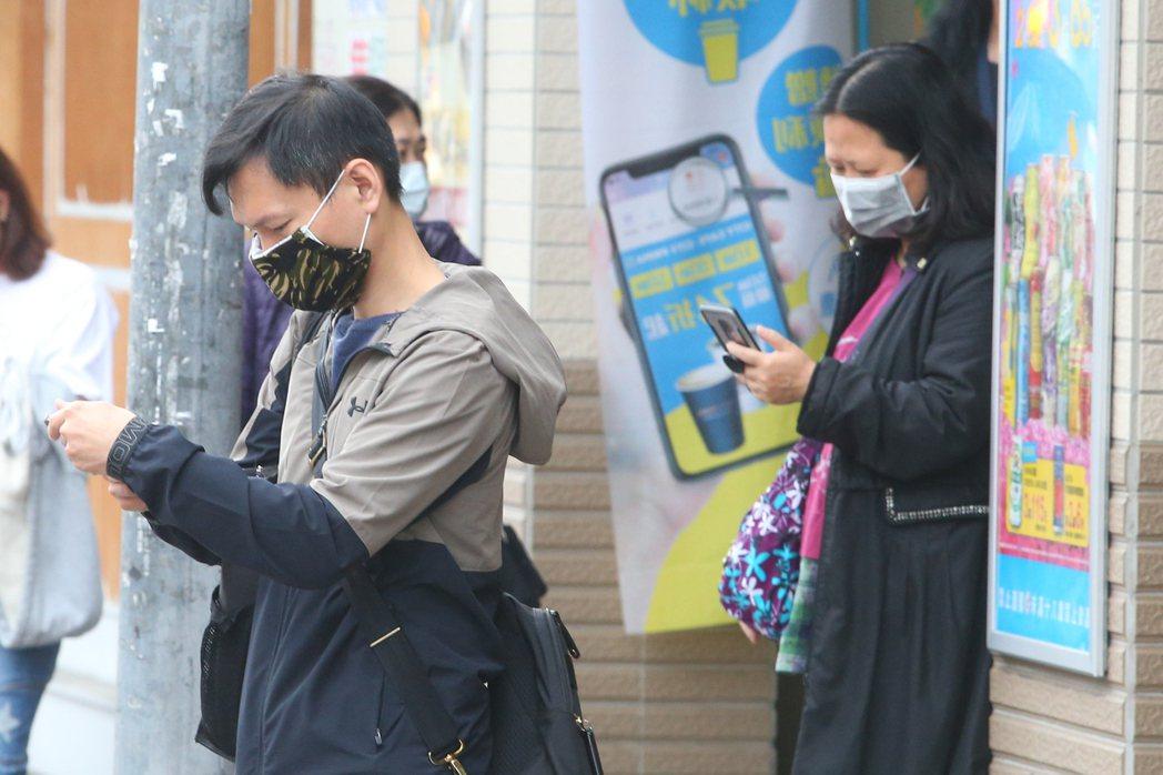 政府推廣的「台灣社交距離App」利用藍牙技術讓用戶辨識與他人的距離。記者葉信菉/...