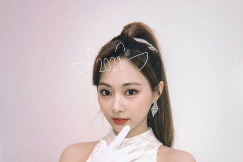 南韓女團TWICE日前推出最新日文單曲《KURA KURA》,在出演日本占卜節目時,命理師指出周子瑜的手相有「億萬富翁的線」甚至她的氣場是「天使波動」,屬於最強的氣場,未來有成為「JYP副社長」的潛...