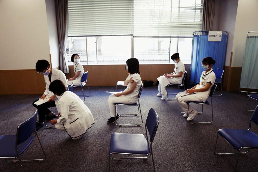 圖/路透社:未來也要將人數高達31萬的藥劑師納編,讓全日本的施打人手能夠達到19...