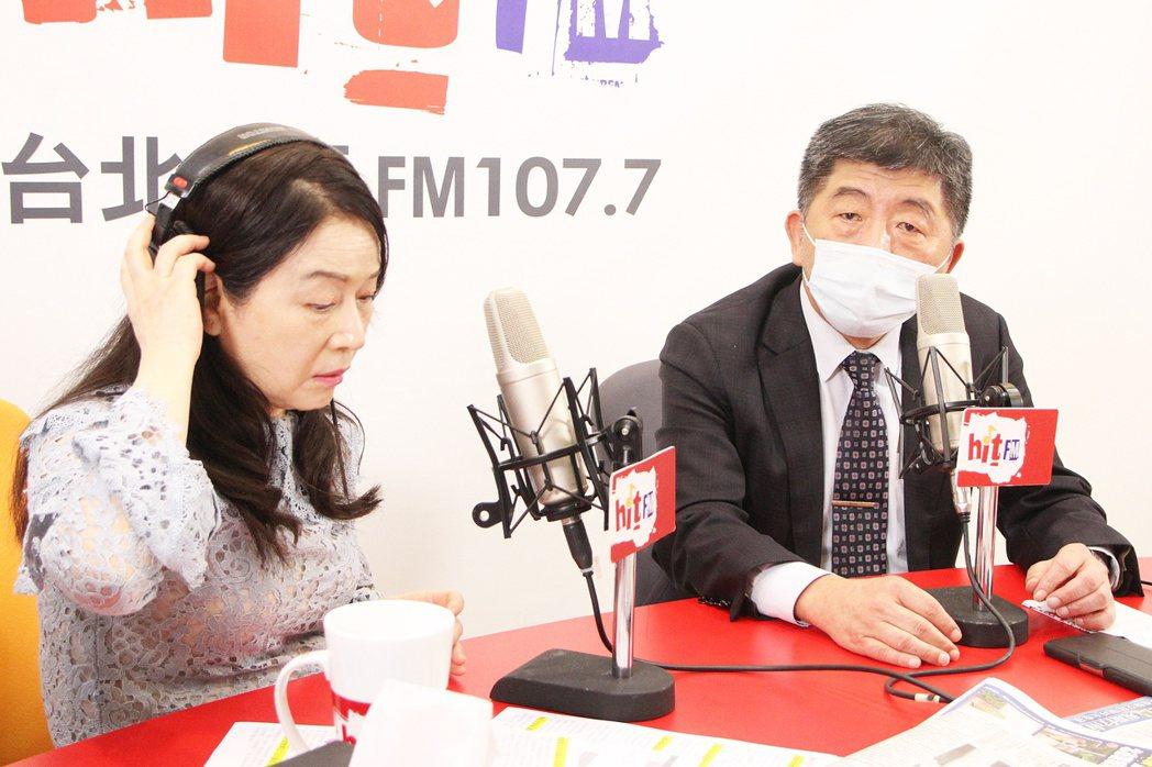 周玉蔻(左)在節目上訪過中央流行疫情指揮中心指揮官陳時中。 圖/Hit Fm提供