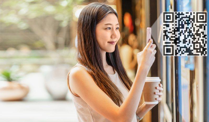 民眾在掃描 QR Code 後快速開啟手機簡訊、自動帶入場所代碼,傳送到收訊號碼 1922 即可完成實聯登記。示意圖/Ingimage