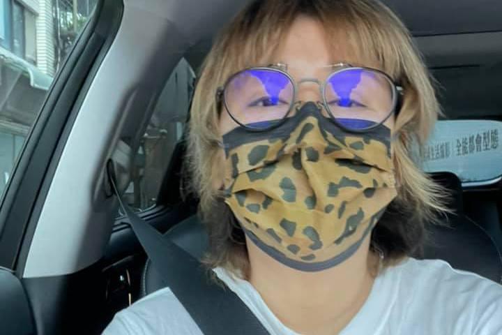 疫情升溫眾人頻頻呼籲外出戴口罩,且沒戴罩將依法開罰。女星藍心湄20日在臉書分享自己開車時也戴著口罩的照片,並問道:「請問一下大神們,自駕也是要戴口罩嗎?」,因為可能有人會覺得自駕時緊閉車窗也算密閉空...