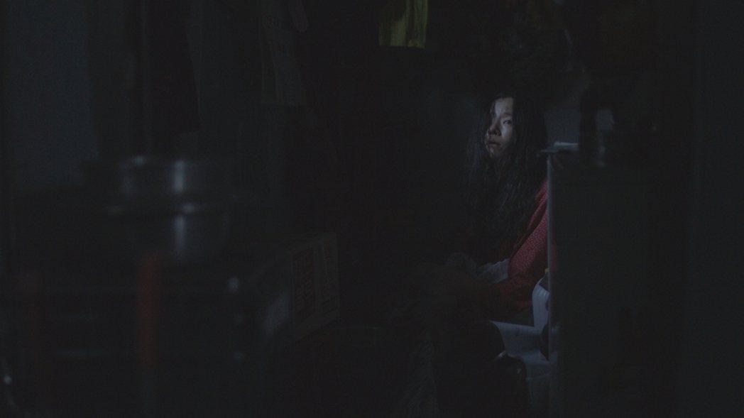 「我們的目的不是要重新喚起這個被遺忘的事件本身,而是要對韓國社會看待基地村女性們的態度提出質疑。」圖為電影《鬼怪與懷孕的樹》中,一名死後復返基地村的女子鬼魂。 圖/台灣國際紀錄片影展
