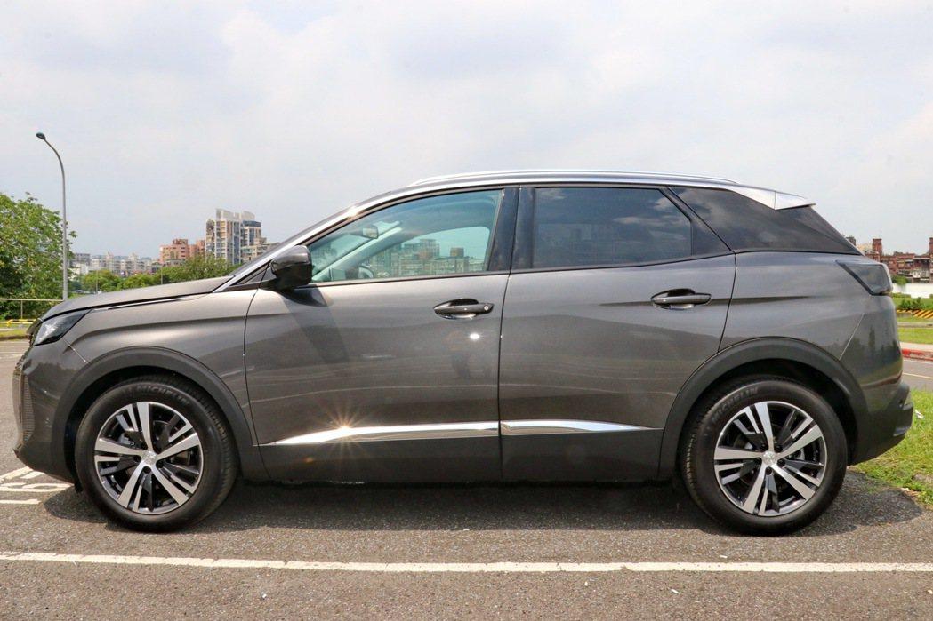 Peugeot 3008 運動化車身線條,給人蓄勢待發的感受。 記者陳威任/攝影