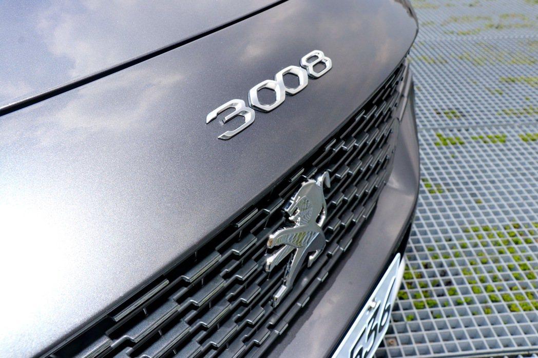 3008銘牌在引擎蓋上彰顯身分。 記者陳威任/攝影