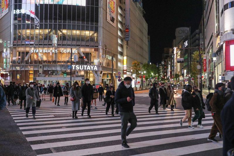 日本政府研擬將新冠肺炎(2019冠狀病毒疾病,COVID-19)疫情嚴峻的沖繩縣納入緊急事態宣言對象地區,預計實施至6月上旬或中旬,將於明天召開對策本部會議做正式決定。 新華社