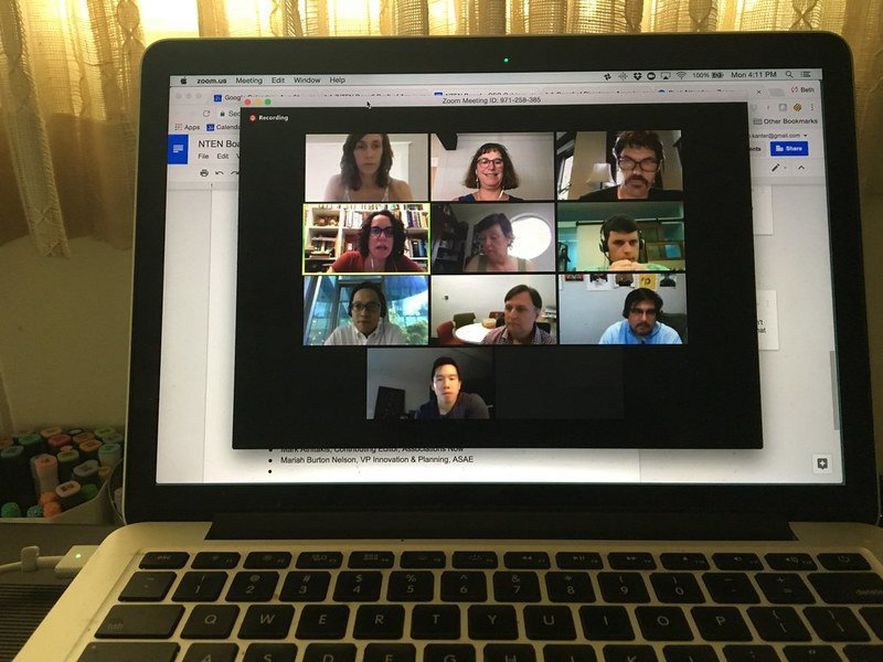 疫情大流行下,線上會議軟體Zoom隨之很夯,但遠距就能取代教育功能也引發思辨。(photo via Flickr, Under CC licensed)