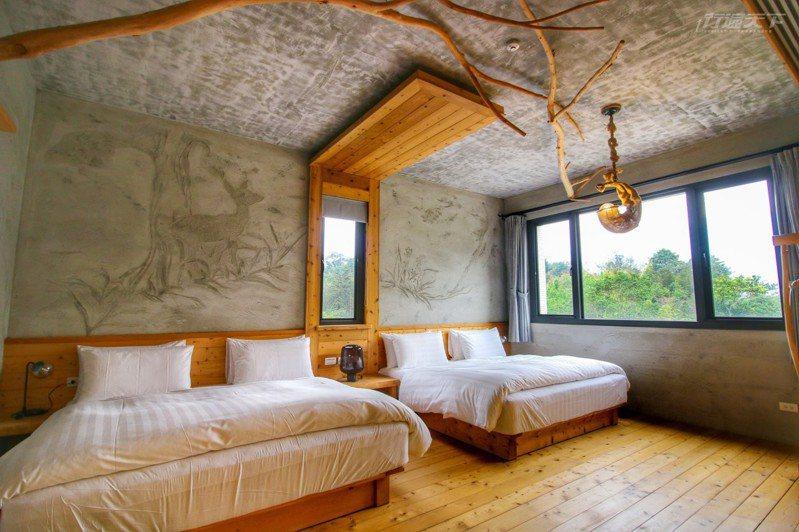 八番私人住宅的「曦.呢喃」四人房設有客廳及臥室,每一扇窗景都綠意盎然。