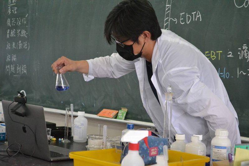 防疫新日常 線上實驗 隔空教 台南女中探究與實作老師陳俊佑,獨自在教室內線上做實驗。記者鄭惠仁/攝影