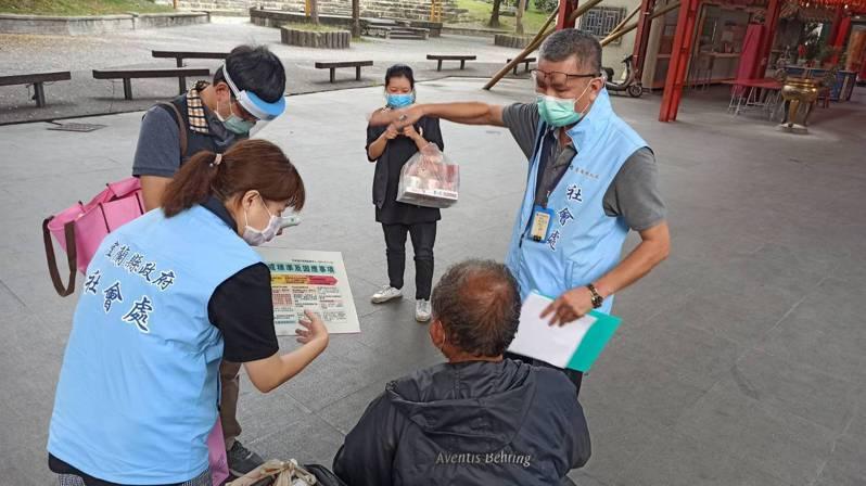 社會處與公所人員關懷在外街友,並贈送口罩宣導防疫。圖/宜蘭縣政府社會處提供