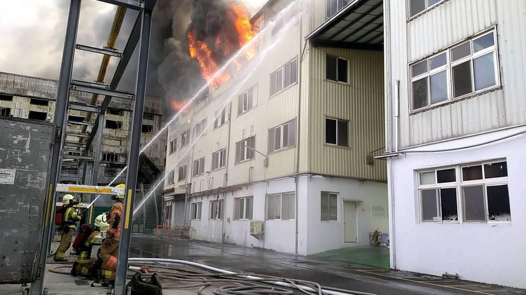 台南新營上市公司生達製藥及子公司生泰發生火警,火勢在上午8點半左右獲得控制。記者...
