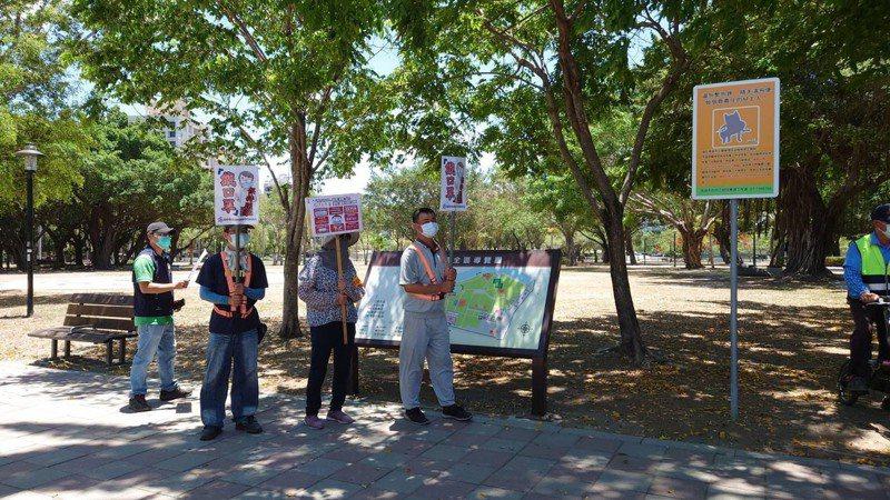 走進公園是不少民眾生活的日常,防疫期間公園避免到公園群聚聊天,公園兒童遊戲場也暫時關閉了。圖/高雄市政府提供