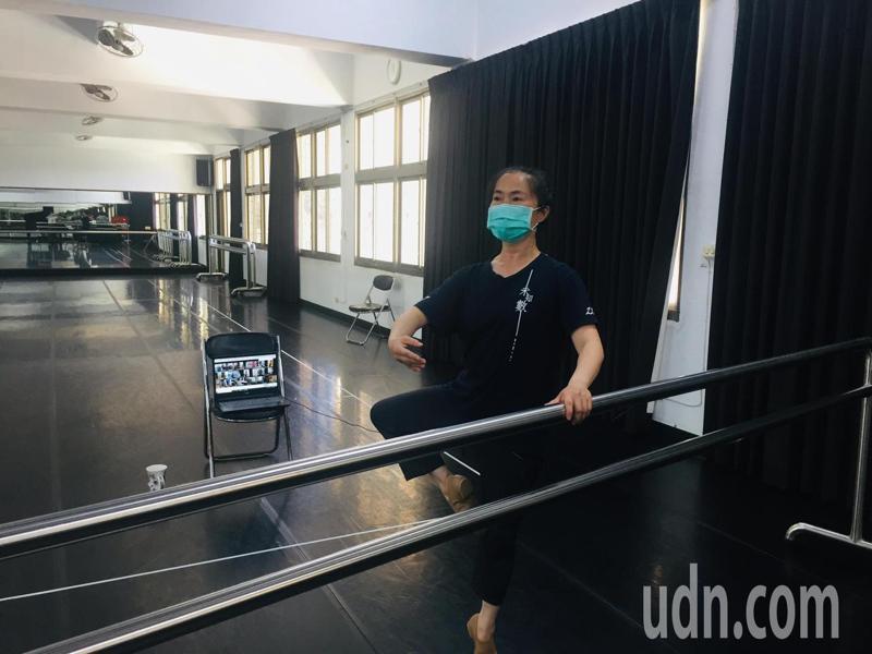 台南市家齊高中舞蹈班線上教學生跳芭蕾舞,對老師和學生都是挑戰。記者鄭惠仁/攝影