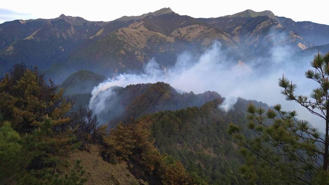 杜鵑營地大火邁入第100小時,火勢仍持續延燒超過52公頃。圖/嘉義林管處提供
