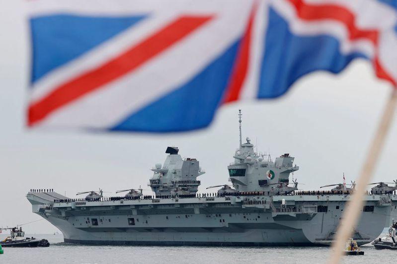 英國航空母艦伊麗莎白女王號將在24日展開為期6個月以上的印太地區處女航。圖為此航母1日離開普利茅斯海軍基地,前往蘇格蘭參加演習。法新社