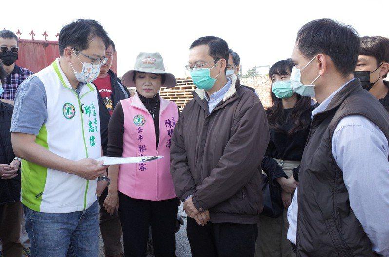 立委邱志偉(左一)向自來水公司會勘,爭取高雄市湖內區中華路74巷配水管汰換經費。圖/邱志偉服務處提供